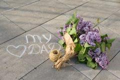Engendrez le texte manuscrit de concept de salutation de jour du ` s sur l'asphalte - mon papa et coeur d'amour avec le bouquet d Images libres de droits