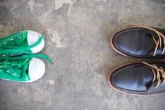 Engendrez les chaussures d'affaires du ` s et badinez des espadrilles Image stock