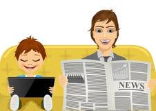 Engendrez lire les dernières nouvelles et son fils jouant des jeux sur le comprimé Photographie stock