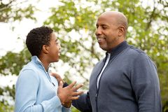 Engendrez parler et passer le temps avec son fils photos libres de droits