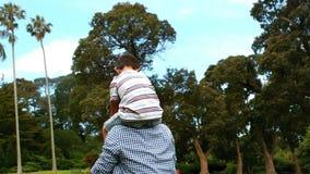 Engendrez porter son fils sur ses épaules en parc clips vidéos
