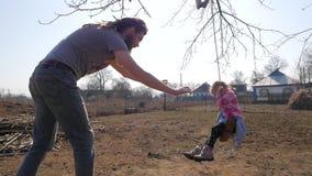 Engendrez pousser sa fille sur l'oscillation tout en ayant l'amusement dans le parc clips vidéos