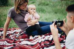 Engendrez prendre des photos de son épouse et fille Photographie stock libre de droits