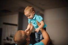 Engendrez tenir son enfant dans le ciel Photos stock