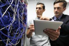 Engeneers在网络服务系统室 库存照片