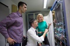 Engeneers δικτύων που λειτουργούν στο δωμάτιο κεντρικών υπολογιστών δικτύων Στοκ εικόνες με δικαίωμα ελεύθερης χρήσης