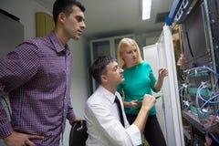 Engeneers δικτύων που λειτουργούν στο δωμάτιο κεντρικών υπολογιστών δικτύων Στοκ φωτογραφία με δικαίωμα ελεύθερης χρήσης