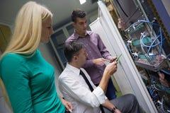 Engeneers δικτύων που λειτουργούν στο δωμάτιο κεντρικών υπολογιστών δικτύων Στοκ Φωτογραφία
