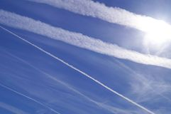Engenharia de Geo através dos chemtrails do avião Fotografia de Stock