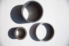 Engenharia e tecnologia Desenho de engenharia, instrumento de medição - o compasso de calibre vernier e as peças são luvas de aço foto de stock