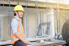 Engenharia masculina que veste o capacete amarelo e o trabalho imagens de stock