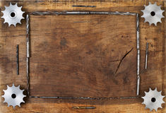 A engenharia utiliza ferramentas as engrenagens e a broca na tabela de madeira Esfera 3d diferente Foto de Stock Royalty Free
