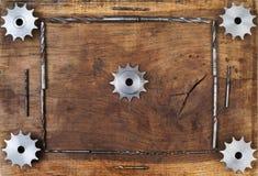 A engenharia utiliza ferramentas as engrenagens e a broca na tabela de madeira Esfera 3d diferente Imagens de Stock