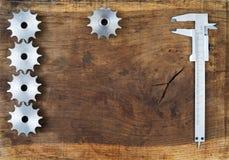 A engenharia utiliza ferramentas as engrenagens e o compasso de calibre na tabela de madeira Esfera 3d diferente Fotos de Stock Royalty Free