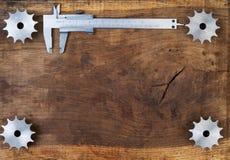 A engenharia utiliza ferramentas as engrenagens e o compasso de calibre na tabela de madeira Esfera 3d diferente Imagens de Stock Royalty Free