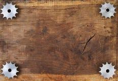 A engenharia utiliza ferramentas as engrenagens na tabela de madeira Esfera 3d diferente Imagens de Stock Royalty Free