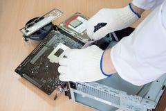 Engenheiro eletrónico que faz um computador pessoal Fotografia de Stock