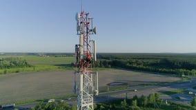 Engenheiro eletrónico que trabalha em antenas de uma comunicação do telefone celular, televisão, Internet, rádio, vídeos de arquivo