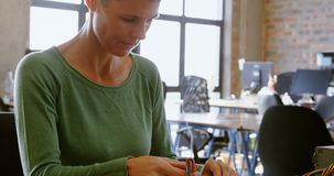 Engenheiro eletrotécnico fêmea que solda uma placa de circuito 4k filme