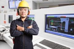 Engenheiro eletrotécnico que trabalha na sala de comando do poder térmico imagem de stock