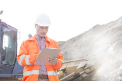 Engineer reading clipboard at construction site Royalty Free Stock Photos