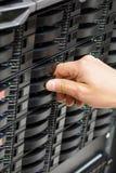 IT Engineer& x27; s-Hand, die Festplattenlaufwerk im Rechenzentrum installiert Stockfotos