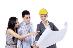 An engineer showing blueprint to her client 1 Royalty Free Stock Image