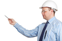Engineer in a white helmet explain something Royalty Free Stock Photos