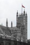 England flagga överst av byggnad Färgrik England flagga på antiqu Arkivfoto