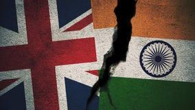 England gegen Indien-Flaggen auf gebrochener Wand Stockbild