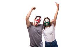 England gegen Wales auf weißem Hintergrund Fußballfane von Nationalmannschaften feiern, tanzen und schreien Stockfotos