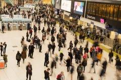 England London April 17, 2019: Den Waterloo drevstationen trängas ihop med passagerare royaltyfria bilder