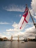 England-Markierungsfahne und Kontrollturm-Brücke Lizenzfreies Stockbild