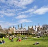 England - turister som besök den kungliga paviljongen Arkivfoton