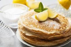 Englisch-ähnliche Pfannkuchen mit der Zitrone und Zucker, traditionell für Shr stockbilder