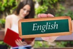 Englisch gegen den hübschen Studenten, der draußen auf dem Campus studiert lizenzfreies stockfoto