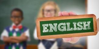Englisch gegen die Schüler, die an der Kamera mit den Armen gekreuzt lächeln stockbilder