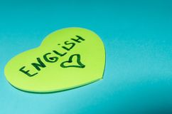 Englisch geschrieben auf Aufkleber in Form eines Herzens lizenzfreies stockbild