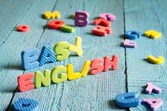 Englisch ist zum Lernkonzept mit Buchstaben auf blauen Brettern einfach stockfotografie