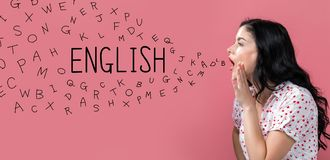 Englisch mit Alphabetbuchstaben mit dem Sprechen der jungen Frau stockfoto