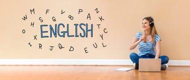 Englisch mit Alphabeten mit der Frau, die eine Laptop-Computer verwendet lizenzfreie stockbilder