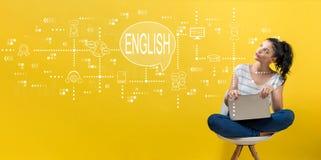 Englisch mit der Frau, die einen Laptop verwendet lizenzfreie stockbilder