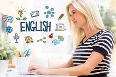 Englisch mit glücklicher junger Frau vor dem Computer stockfotos