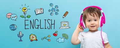Englisch mit Kleinkindjungen mit Kopfhörern lizenzfreie stockfotografie