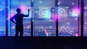 Englisch mit Mann durch große Fenster nachts stockbilder