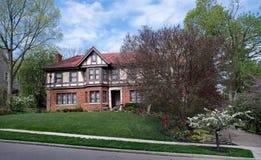 Englisch Tudor Estate mit der Frühlings-Landschaftsgestaltung Lizenzfreies Stockfoto