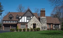 Englisch Tudor Style House mit dreifachem Stapel-Kamin lizenzfreie stockbilder