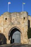 Englisch und Lincolnshire-Flaggen, die bei Lincoln Castle fliegen stockfotos
