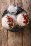 Englisch-Victoria-Sandwichkuchen mit frischen Beeren und Minzenabschluß lizenzfreies stockfoto