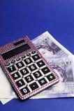Englisch zwanzig Pfundanmerkungen mit Taschenrechner. Vertikal. Stockfotos